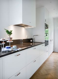 Bistro vit | Ballingslöv LOCATION: Villa Stocksund Kitchen Doors, Kitchen Handles, Kitchen Drawing, Best Kitchen Designs, Kitchen Pictures, Interior Design Kitchen, Cool Kitchens, Kitchen Remodel, Architecture