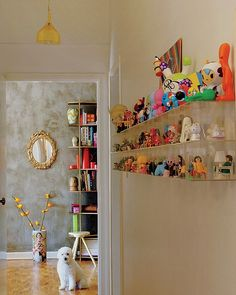A coleção de toy art e brinquedos antigos do publicitário Edson Coutinho decora o corredor do apê. O suporte de acrílico com divisórias foi comprado nas ruas do bairro paulistano do Bixiga. Projeto do arquiteto Rodrigo Angulo