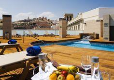 El AC Hotel Almería está ubicado en pleno casco urbano, lo que proporciona unas magníficas vistas de toda la ciudad. Es el lugar perfecto para disfrutar de un baño o tomar el sol. http://www.espanol.marriott.com/hotels/travel/leial-ac-hotel-almeria/