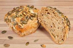 pan de espelta con calabaza y decorado con pepitas de clabaza