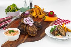 Eigentlich macht ja Oma die besten Faschierten Laibchen. Aber diese können es mit ihren aufnehmen! Mit QimiQ Saucenbasis gelingt die Zubereitung einfach und schnell. Tipp unseres Culinary Teams: Halb Rind und halb Schwein nehmen. Am besten mit Kartoffelpüree servieren. Rind, Kraut, Steak, Yummy Food, Recipes, Pork, Lasagna, Meat, Simple