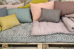Γγρ│ Palettes transformées en divan confortable avec son matelas de style ethnique et ses multiples coussins assortis - Collection printemps-été 2015 Le Monde Sauvage