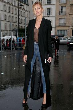 Dupla esperta: casaco + blusa com transparência. Maxi casaco preto, calça jeans, scarpin preto