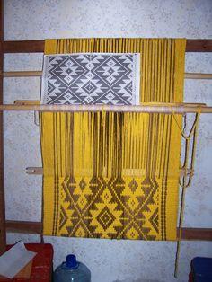 Matra en telar mapuche Finger Weaving, Loom Weaving, Inkle Loom, Weaving Textiles, Weaving Patterns, Card Weaving, Basket Weaving, Loom Knitting, Loom Crochet