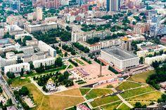 Самара с высоты Самара — город на левом возвышенном берегу Волги. Самара была основана в 1586 году как сторожевая крепость. С 1935 по 1991 годы город носил название Куйбышев. Сейчас население города составляет 1,17 млн. чел. — это девятый по численности населения город России. В Самаре самая длинная в России набережная и самое высокое здание вокзала в Европе. Кроме того, площадь им. Куйбышева является самой большой площадью в Европе.