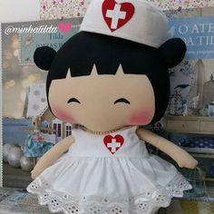 """""""A Enfermagem é uma arte; e para realizá-la como arte, requer uma devoção tão exclusiva, um preparo tão rigoroso, quanto a obra de qualquer pintor ou escultor; pois o que é tratar da tela morta ou do frio mármore comparado ao tratar do corpo vivo, o templo do espírito de Deus? É uma das artes; poder-se-ia dizer, a mais bela das artes!"""" Florence Nightingale #enfermagem #enfermeira #ananery #bonecadepano #tonefinnanger #tildatoy #tildatoytemática #feitocomcarinho"""