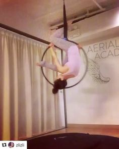 Totally love all of the shapes and splits @zlizli does in this sequence with the same hand grip! 😍 #aerialhooptricks