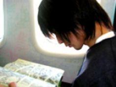 ✈ スターポーキングツアー2001 初日の札幌に行くために羽田空港で街合わせ。なかなか現れない藤原さんとチャマさん。ヒデちゃんとヒロさんは先に搭乗手続き。そして、飛行機のチケットがキャンセル扱いになった30秒後に2人は現れ飛行機に✈乗り遅れた藤原さんとチャマさん 次の飛行機までの時間がかなり開いてしまい、そこで開き直った藤原さんが、「優雅に飯でも食おうぜい」なんて言うもんだから、本当に優雅に食べたそうです。優雅に食べた後もまだ時間があったので、2人は本屋に行って「モーニング娘」の本とpicで読んでるマンガを買ったそうですよ〜(笑) そして無事に到着して、先に現地入りしていたヒデちゃんに叱られちゃった藤原さんとチャマさんでした〜 マンガを読む横顔が可愛い  #BUMPOFCHICKEN #藤原基央 #藤くん #バンプオブチキン #バンプ