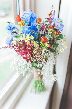 Bunter Brautstrauß, Wald- und Wiesenstrauß, Hochzeit, blaue, rote und gelbe Blumen