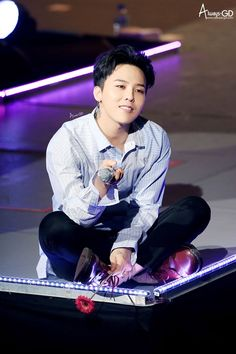 160528-29 G-Dragon - VIP Fanmeeting in Kobe - black hair!! I so miss black hair now because idols colour it so much.. it does look amazing but not ALL the time.. I miss their natural, black hair.. it's so luscious and striking.