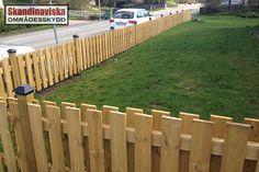 Dubbelsidigt staket med stolplock ger ett gediget och påkostat intryck. Plank, Texture, Wood, House Ideas, Crafts, Gera, Creative, Surface Finish, Bulletin Boards