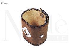 Romy, bracciale moda semi rigido con borchie cucito a mano con punto selleria e coste a taglio vivo, realizzato con pelle di struzzo