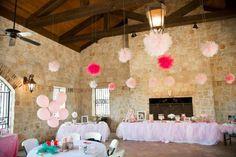 Idea para decorar fiestas: cuelga pomponesgrandes  de tul del techo / Party decoration idea: hang tulle pompoms from the ceiling