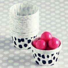 You can use these adorable little paper cups for small treats, pudding, fruit, etc... Perfect for little hands. Pack of 20 cups.