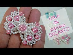 Laço de Pérolas Encanto | Cícero Alencar - YouTube Bead Embroidery Patterns, Beading Patterns Free, Beading Tutorials, Beaded Embroidery, Diy Yarn Decor, Beaded Earrings, Beaded Jewelry, Hair Bow Tutorial, Tutorial Diy