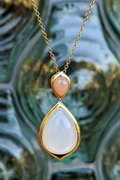 """""""Predtým, než pôjdete na párty, vráťte sa k zrkadlu a dajte dole jeden šperk"""". Slovami Coco Chanel vám chceme dať do pozornosti prívesok, ktorý si vždy budete chcieť na sebe ponechať ako posledný, aj keby bol jediný a to po zásluhe. Dva tajomné mesačné kamene v žltom zlate, s nadčasovým dizajnom = univerzálny šperk vhodný na všetky príležitosti, denné i nočné, bežné aj slávnostné. Odpoveď má len päť písmen a je zázračne jednoduchá: Eagle. Moon Necklace, Pendant Necklace, Coco Chanel, Eagles, Jewelry, Jewlery, Eagle, Jewerly, Schmuck"""