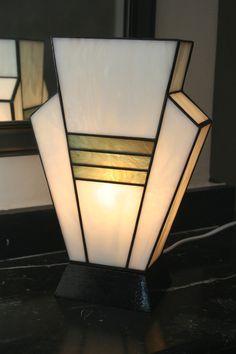 """Lampe Art Déco """"Simplissime Phocéa"""" en vitrail Tiffany                                                                                                                                                                                 Plus"""