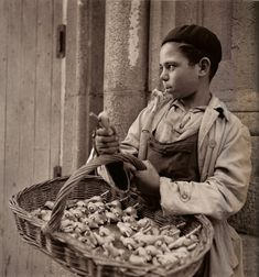 Selling 'bird whistles', Madrid, 1950's / Photo by Francesc Català-Roca