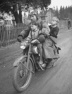 Early Biker family - A man riding a motorcycle with his two children. Photograph by Walter Sanders. Munich, Germany, May Photo Vintage, Vintage Photos, Vintage Photographs, Motos Retro, Kids Atv, Gilles Villeneuve, Old Bikes, Vintage Bikes, Vintage Motorcycles