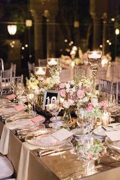Üppige Tischdeko in Gold, Rosa und einem pudrigen Hellgrün
