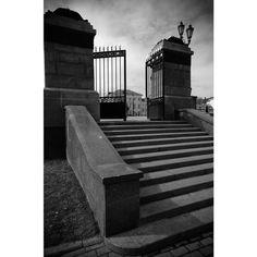 35 отметок «Нравится», 2 комментариев — Головин Михаил (@golovinfoto) в Instagram: «#moscow #москва #square #лестница #stairway #pentax #line #bw #чб #gate #архитектура #architecture…»