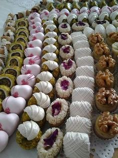 INSPIRACE NA ZDOBENÍ Fun Baking Recipes, Sweet Recipes, Cookie Recipes, Christmas Sweets, Christmas Baking, Patisserie Fine, Pastry Display, Czech Recipes, Indian Sweets