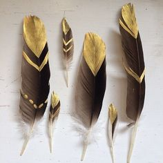 DIY Project and Decoration Ideas to Do with Kids – mybabydoo – feather crafts Feather Painting, Feather Art, Bird Feathers, Painted Feathers, Black Feathers, Feather Garland, Diy And Crafts, Arts And Crafts, Feather Crafts