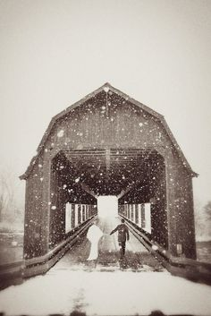 winter wedding covered bridge gorgeous picture with the snow falling and the almost black and white quality Snowy Wedding, Dream Wedding, Wedding Day, Christmas Wedding, Wedding Games, Wedding Beauty, Trendy Wedding, Wedding Things, Gold Wedding