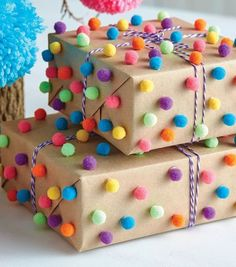 How To Make Pom-Pom Wrapping Wie man Pom-Pom-Wrapping macht Birthday Gift Wrapping, Christmas Gift Wrapping, Diy Birthday, Birthday Gifts, Christmas Crafts, Creative Gift Wrapping, Creative Gifts, Present Wrapping, Homemade Gifts