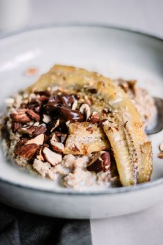 This is a real luxury breakfast meal! It's a mix between the fried banana that you get with ice cream at Chinese restaurants and a very simple yet delicious oatmeal. I topped it off with some roasted almonds and a vegan Nutella! Banana Split, Granola, Brunch Recipes, Breakfast Recipes, Fried Bananas, Eating Bananas, Good Food, Yummy Food, Roasted Almonds