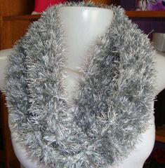 Cachecol gola de trico. Cor cinza gelo. Confeccionada em fio acrílico. R$ 29,90
