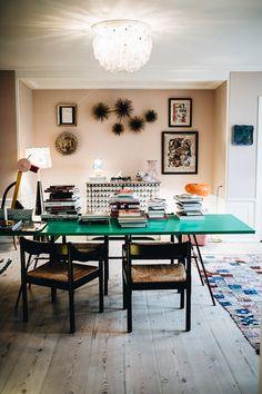 The Apartment - Kopenhagens Interior-Perle Desk In Living Room, Living Spaces, Work Spaces, Dining Room, Bohemian Interior Design, Studio Room, Amazing Spaces, Cozy Room, Glass House