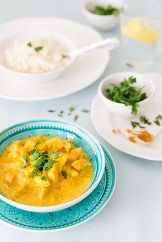 Składniki na 3 porcje: 4 pojedyncze piersi z kurczaka (ok. 500-600 g) 200 ml mleczka kokosowego 180 g śmietany 18% (mały kubek) 1 średnia cebula 2 duże ząbki czosnku 1 łyżka czerwonej pasty curry (…