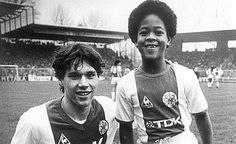 Little Patrick Kluivert loved to be photographed with the stars of AFC Ajax. Here – with Marco van Basten Marco Van Basten, Football Soccer, Football Shirts, Afc Ajax, Good Soccer Players, Football Design, Sports Images, Football Pictures, Vintage Football