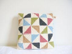 Mabel... pinwheel patchwork crochet cushion cover por emmalamb