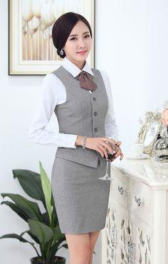 Mujer de negocios en falda ajustada