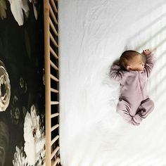 sweet sleeping baby in wood crib in nursery with floral wallpaper Sweet Carolina Home - itsthesmallthing: Candidchildhood Lil Baby, Baby Kind, Little Babies, Little Ones, Cute Babies, Baby Girls, Foto Newborn, Newborn Photos, Photo Bb