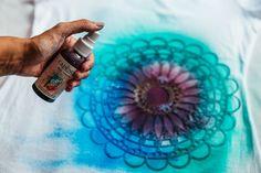 Přes šablonku nanášíme vybrané textilní barvy.