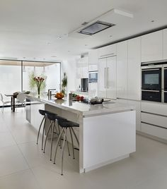 White matt lacquer Urbo bespoke kitchen from Roundhouse. Same kitchen different picture