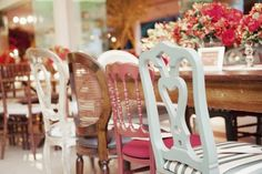 cadeiras-diferentes-na-mesma-mesa-de-jantar-festas-eventos-e-casamentos (2)COMO COMBINAR DOIS TIPOS DE CADEIRAS COM A MESA? A mistura na decoração de interiores que também anda fazendo bonito na decor de festas e eventos… Mix de cadeiras diferentes na mesma mesa, como compor?