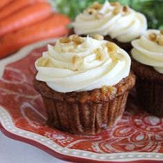 Carrot Cupcakes with White Chocolate Cream Cheese Icing Carrot Cake Cupcakes, Cake Cookies, Cupcake Cakes, Cupcake Frosting, Vanilla Cupcakes, Chocolate Cupcakes, Mini Cupcakes, Just Desserts, Delicious Desserts