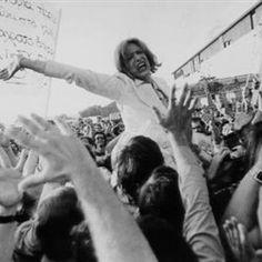 """""""Είμαι ευτυχισμένη επειδή είμαι ένας πολίτης που θα μπορέσω μια μέρα να ψηφίσω. Αισθάνομαι μια βαθιά συγκίνηση που βρίσκομαι ύστερα από τόσα χρόνια πίσω. Ευχαριστώ τον ελληνικό λαό για τον αγώνα που έκανε όλα αυτά τα χρόνια. Ευχαριστώ το Πολυτεχνείο. Ευχαριστώ την Κύπρο που ετούτη τη στιγμή καίγεται. Θα μείνω στην Ελλάδα για πάντα» Die A, Culture"""