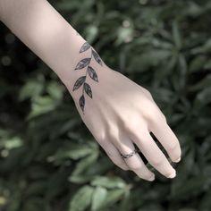 Tatuagem criada pela tatuadora Mirna Garcia de Irecê, Bahia.    Raminho super delicado no pulso.