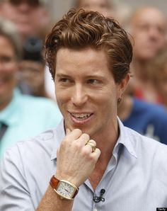 Shaun White << I think he actually looks better with his short hair instead of his long hair he used to have. wow he looks different.