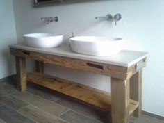 Waschtisch aus alten Eichenbalken mit Betonplatte.