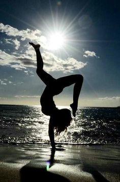 gymnastics<3 Handstands, Yoga Handstand, Beach Exercise, Beach Yoga, Beach Fun, Yoga Motivation, Yoga Inspiration, Inspiration Fitness, Wellness Fitness