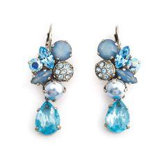 Koop deze blauwe oorbellen met Swarovski Elements kristallen en parels bij Aurora Patina, de leukste sieraden webshop van Nederland.