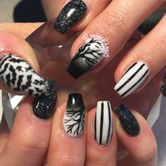 Black and white halloween nails coffin nails unhas de dia das bruxas, caixã Coffin Nails Glitter, Black Coffin Nails, Dark Nails, Gold Nails, Acrylic Nails, Coffin Nails Designs Summer, Black Nail Designs, Halloween Nail Designs, Halloween Nails