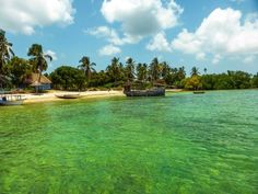 Banhada pelas águas mornas do oceano Índico, é um destino mítico. Isso graças às lendas da Antiguidade, aos tesouros da sua vegetação e às praias de areia branca e águas azul-turquesa. O arquipélago abriga atualmente diversos resorts e hotéis de luxo, com toda a estrutura para receber forasteiros dos quatro cantos do mundo.  Conheça melhor a Ilha de Zanzibar em nosso blog!