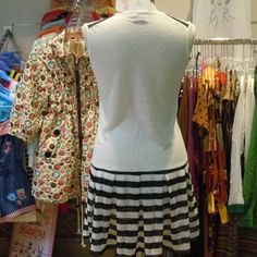 Vestido de Dolores Promesas con chica y sombrilla. Por detrás